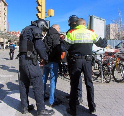 Un detenido en la protesta durante la reapertura de la estación Sabadell Centre