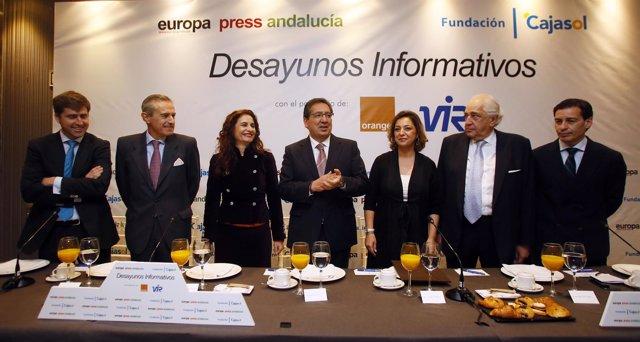 María Jesús Montero (3ª izda) en la foto de familia previa a su conferencia
