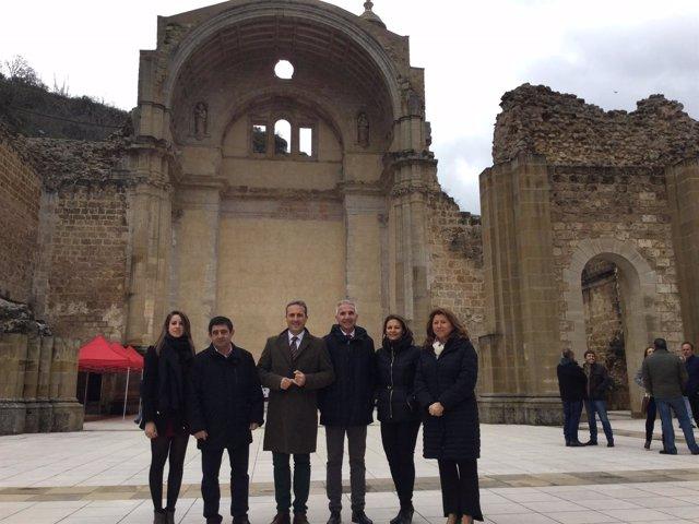Autoridades en las ruinas de Santa María
