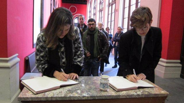 A la derecha, la presidenta de las Cortes, Violeta Barba