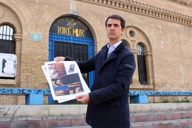 Pedro Navarro  (PP) ante la antigua cárcel de Torrero