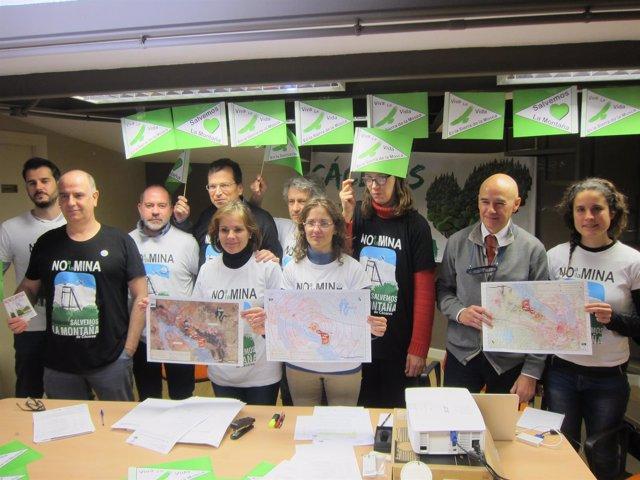 Miembros de la plataforma que explican el proyecto