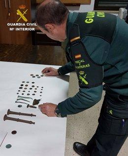 Monedas antiguas encontradas en la playa de Mazagón, en Huelva.