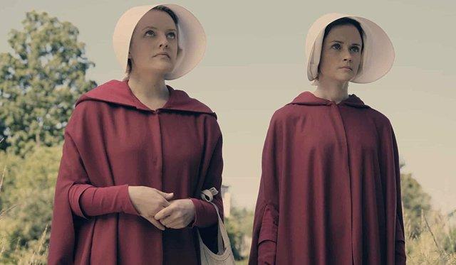 Elizabeth Moss y Alexis Bledel en The Handmaid's Tale