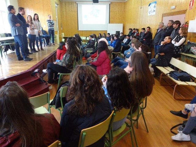 Delegado del Gobierno en La Rioja con escolares