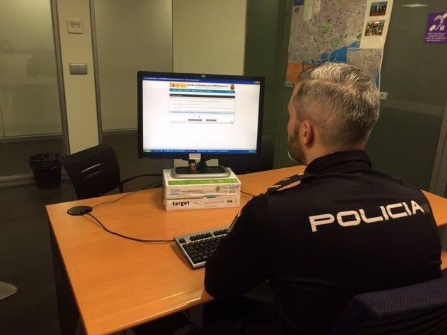 Policía ante un ordenador