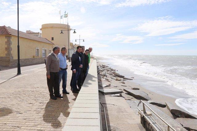El alcalde de El Ejido visita la playa de Balerma