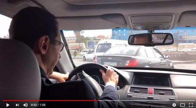 Al Assad conduciendo con su coche hacia Ghuta Oriental