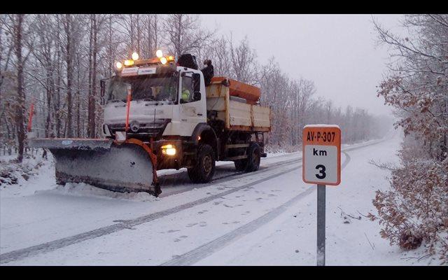 Intervención en una treintena de carreteras por la nieve en Ávila