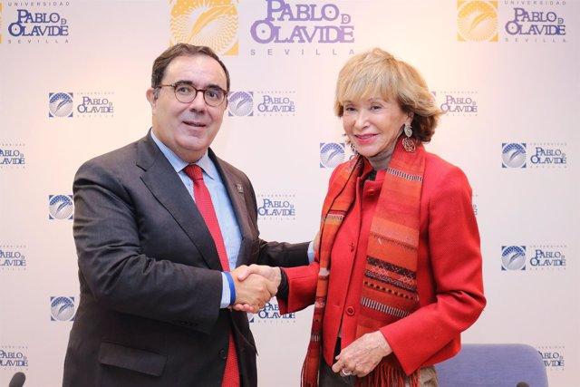 Vicente Guzmán y María Teresa Fernández de la Vega, tras la firma del convenio