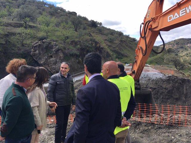 Bendodo visita trabajos de mejora en la carretera de Árchez afectada por tempora