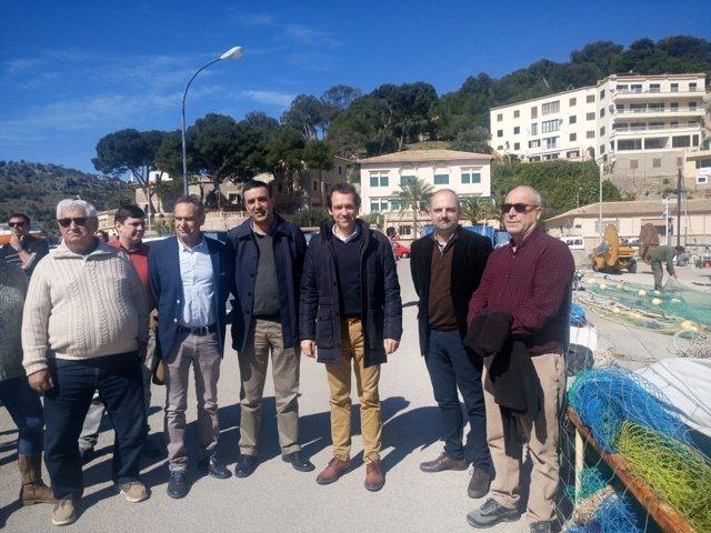 Marc Pons en el Port de Sóller con pescadores y ayuntamiento