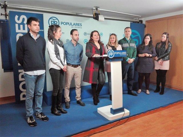 En el centro, la portavoz del PP-A en el Parlamento, Carmen Crespo