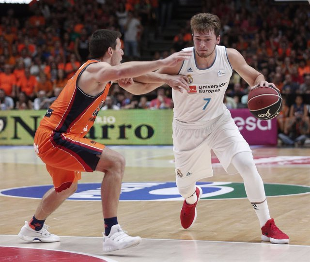 Doncic intenta superar a Van Rossom en el Valencia Basket-Real Madrid
