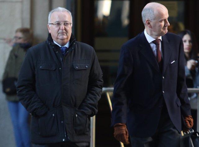 El exconsejero Antonio Fernández llega al juicio de los ERE junto a su abogado