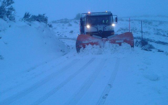 La nieve obliga a usar cadenas en O Cebreiro y dificulta la circulación en vías de Lugo