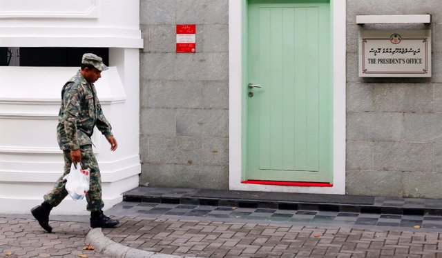 Militar junto a la sede de la Presidencia en Maldivas