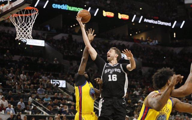 Los Spurs vencen a los Warriors en la mejor noche de Willy con Charlotte
