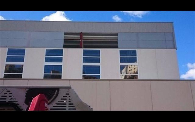 El viento obliga a desmontar una plancha de siete metros del polideportivo de Finestrat