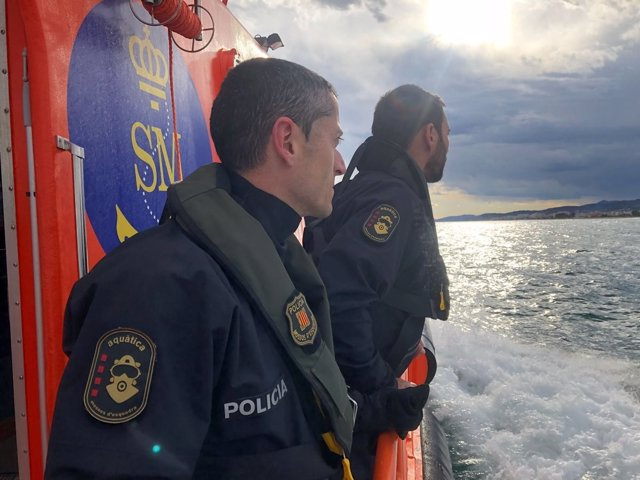 Mossos d'Esquadra en una embarcación de Salvamento Marítimo