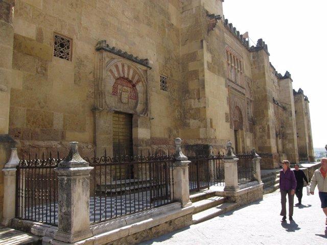 Fachada Oeste de la Mezquita, junto a la que se instalan los palcos