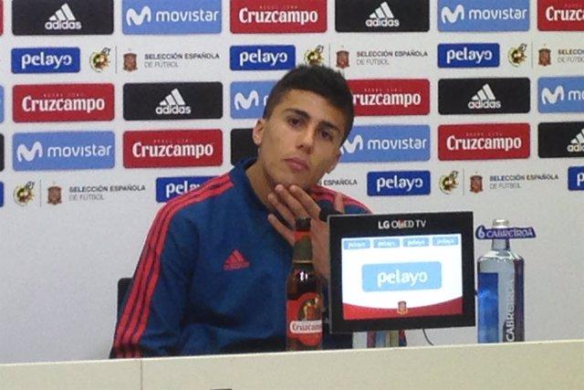 El centrocampista del Villarreal Rodri Hernández con la selección