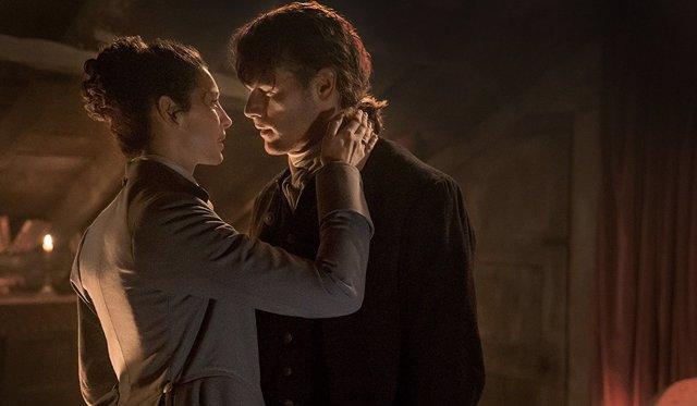 Caitriona Balfe y Sam Heughan en Outlander