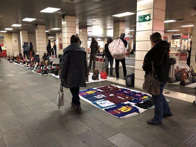 Top manta en la estación de plaza Catalunya en Barcelona