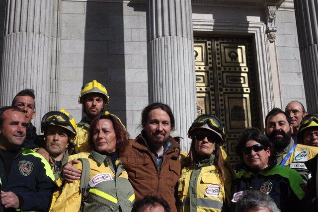 Pablo Iglesias con bomberos forestales a las puertas del Congreso