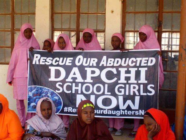 Cartel pidiendo la liberación de las niñas secuestradas en Dapchi por Boko Haram