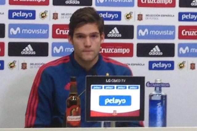 Marcos Alonso en rueda de prensa con la selección española