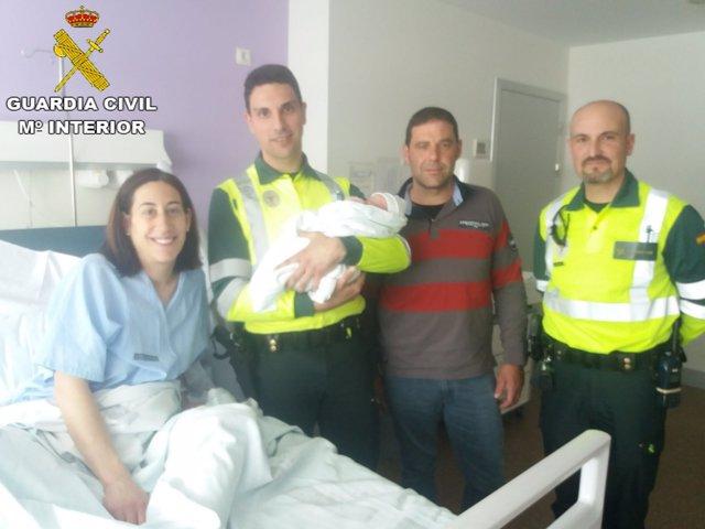 El recién nacido con la familia y los agentes