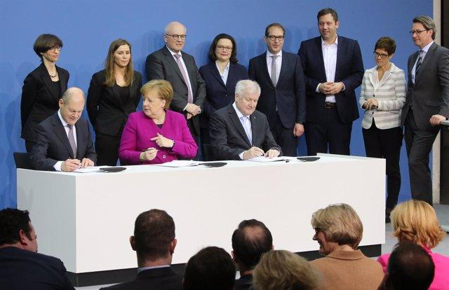 Firma del acuerdo de coalición en Alemania entre Merkel y los socialdemócratas
