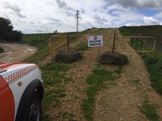 Cortados los accesos al muro de defensa en Lora del Río