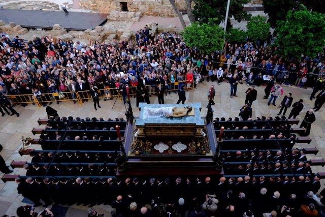 Semana Santa 2015 de Málaga. Sepulcro, trono, nazareno, teatro romano, turistas.
