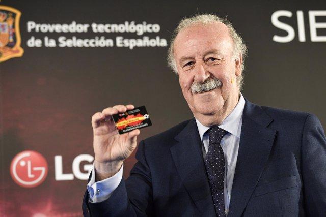 Vicente del Bosque recibe su carnet de Fan Oficial de la Selección