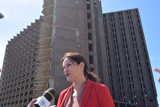 Zaida González ante el hotel abandonado de Añaza