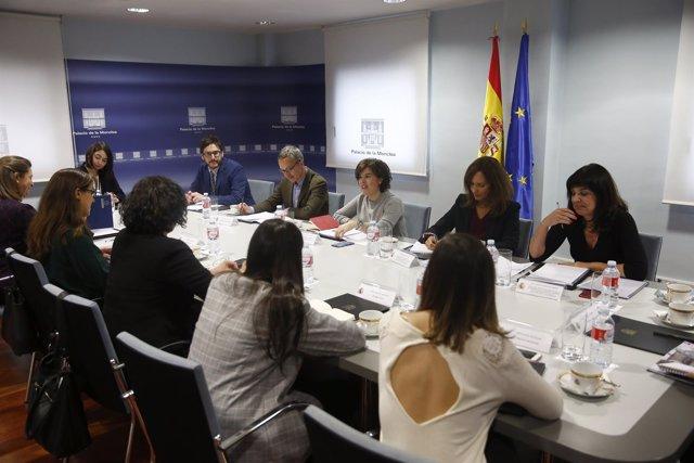 Saénz de Santamaría se reúne con la Mesa de Género para el Ámbito Digital