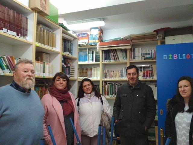Cortés (2ª izda.) en un colegio de Priego