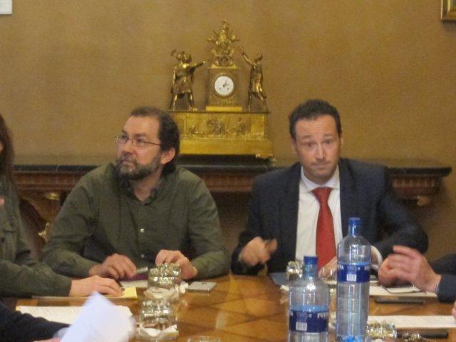 El portavoz de Podemos, Emilio León y Guillermo Martínez, portavoz del Gobierno