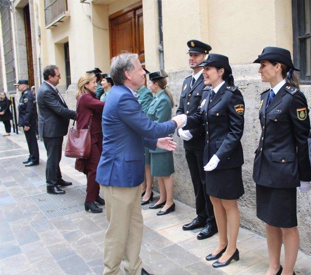 El delegado saluda a los policías desplegados en Fallas
