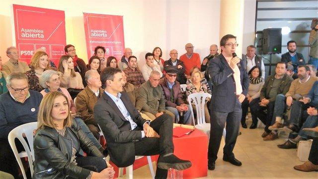 Pedro Sánchez en un acto con militantes en La Línea