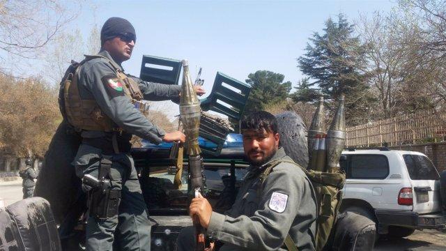 Policías afganos llegan al lugar de una explosión en Kabul, Afganistán