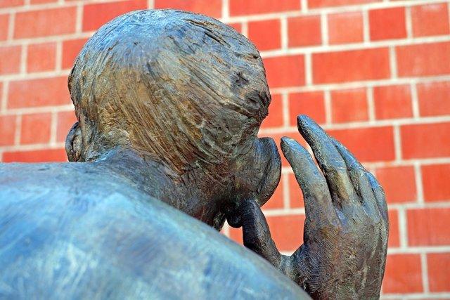 Estatua intentando escuchar