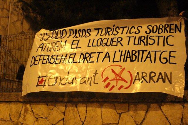 Pancarta Endavant OSAN y Arran contra el turismo