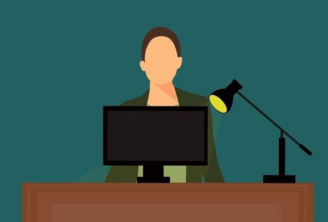 Señora buscando en ordenador