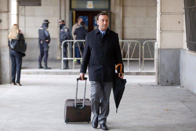 El presidente del tribunal de los ERE, Juan Antonio Calle, llega a la Audiencia