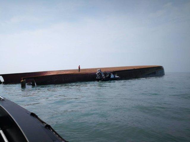 Foto del barco volcado cerca de Malasia