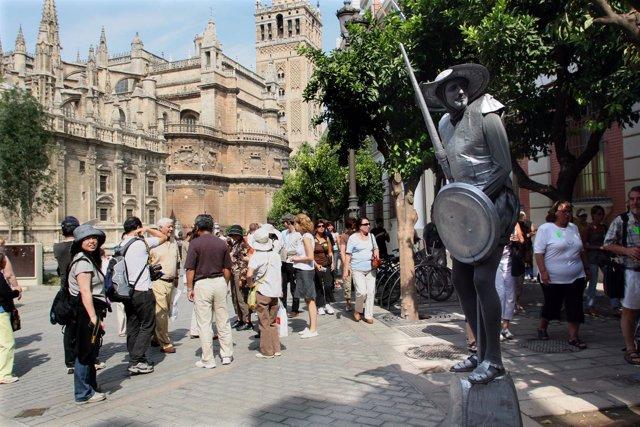 Turistas recorriendo Sevilla