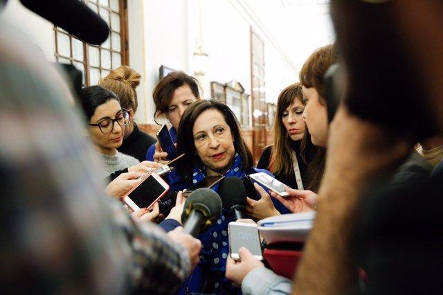 La portavoz socialista Margarita Robles, haciendo declaraciones